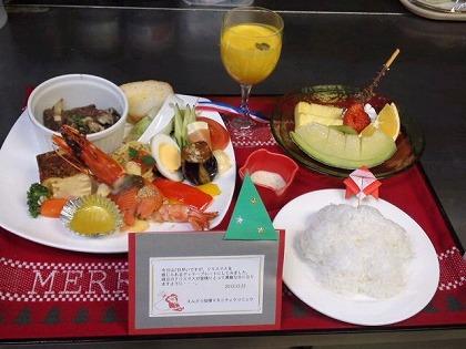 月に一度のお弁当(今月はクリスマスプレートでした。折り紙のサンタさんもかわいい☆)