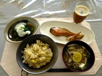 栗ご飯 塩きのこ汁 小松菜のおひたし山かけ仕立て 鮭のムニエル風甘酒焼き プルーンとりんごのジュース